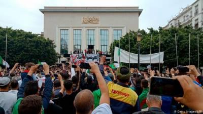 الجزائر : بدعنوانی کے الزامات میں پانچ ارب پتی کاروباری شخصیات گرفتار