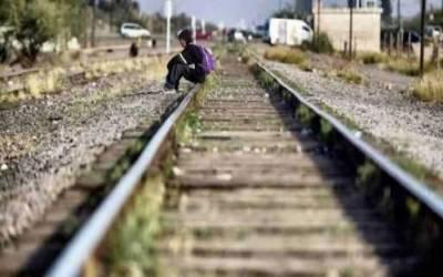 سیلفی کریز : بھارت میں 3 نوجوان ریلوے ٹریک پر سیلفی لیتے ٹرین تلے آگئے۔