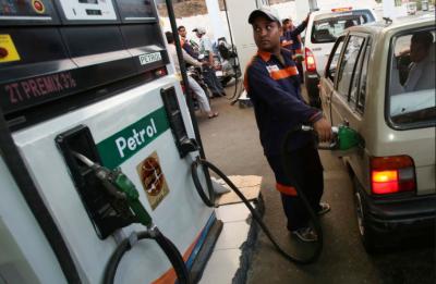 پیٹرول کی قیمت بڑھا کر108 روپے فی لیٹر مقرر ,ای سی سی نے پیٹرول کی قیمت میں اضافے کی منظوری دیدی