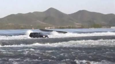 چینی ڈرائیور دریا پارکرنے کی کوشش میں پھنس گیا