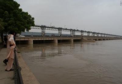 جام شورو کے قریب دریائے سندھ میں کشتی الٹنے کے واقع میں پانچ افراد تا حال لاپتہ