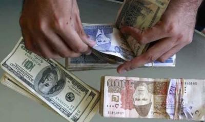 ڈالر کی اونچی پرواز ، تاجر پریشان ، مارکیٹیں ویران کیا یہ ہے نیا پاکستان