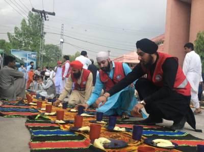 رمضان المبارک میں سستی اشیا بیچنے اور لوگوں کو افطاری کرانے والا سکھ خاندان