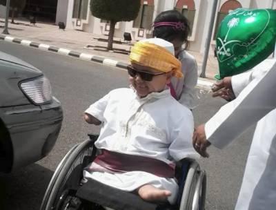 پیدائشی طور پر ہاتھوں اور پائوں سے معذور بچے نے اپنے چہرے کی مسکراہٹ سے معذوری کو شکست دے دی۔