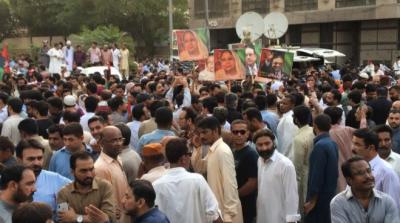 سابق صدر پاکستان آصف علی زرداری کی گرفتاری کے خلاف جیالوں کا پریس کلب کے سامنے مظاہرہ