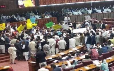 وفاقی بجٹ پر بحث کے لیے قومی اسمبلی کا اجلاس ہنگامہ آرائی کی نذر،اجلاس پیر تک ملتوی