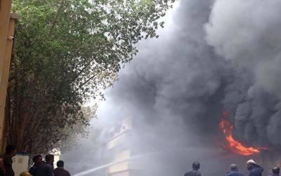 کراچی کے مختلف علاقوں میں آ گ بھڑک اٹھی، 2فائرفائٹرزخمی
