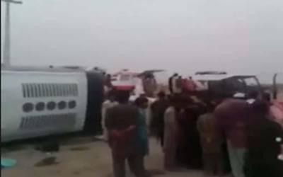 خانپور میں مسافر کوچ اور کار میں تصادم سے 6 افراد جاں بحق