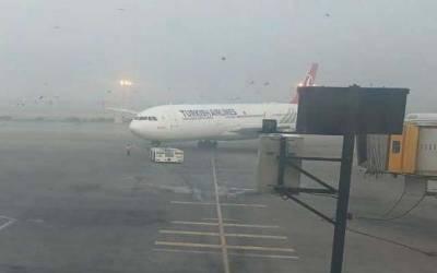 لاہور ایئرپورٹ پر لینڈنگ کے دوران مسافر طیارے سے پرندہ ٹکرا گیا