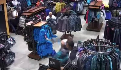 30 سیکنڈ میں ملبوسات کی اجتماعی چوری کی واردات نےسوشل میڈیا پر تہلکہ مچا دیا۔