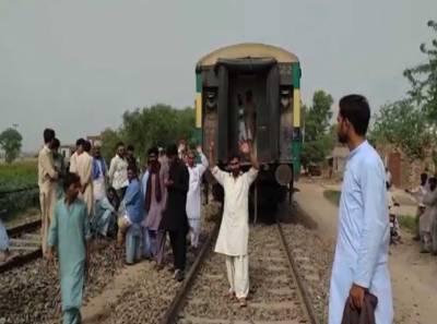 کراچی سے راولپنڈی جانیوالی پاکستان ایکسپریس کی بوگیاں علیحدہ ہو گئیں