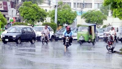 لاہور میں تیز بارشوں کا سلسلہ جاری، بجلی کا نظام درہم برہم