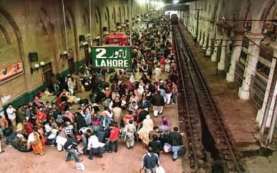 ٹرینوں کی آمدورفت تاخیر کا شکار، مسافروں کو انتظار کی اذیت کا سامنا