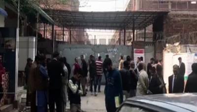 ضلع کچہری میں پیشی پر آئے ملزم کو مخالف نے فائرنگ کرکے قتل کردیا