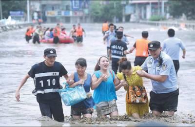 چین:شدید بارشیں اورسیلاب،سینکٹروں افراد متاثر ،بجلی اور مواصلاتی نظام درہم برہم