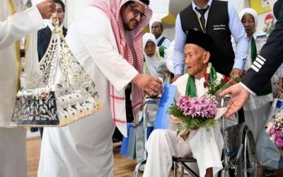 حج ادائیگی کیلئے انڈونیشیا سے 130 سالہ معمر شخص کا جدہ ایئرپورٹ پر پرتپاک استقبال