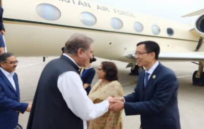 وزیرخارجہ شاہ محمود قریشی اہم سفارتی مشن پر چین پہنچ گئے