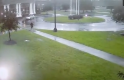 امریکا میں طوفانی بارش کے دوران بجلی گرنے کا خطرناک واقعہ پیش آیا جس میں ایک شخص زخمی ہونے سے بال بال بچ گیا۔