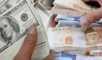 روپے کے مقابلے ڈالر کی قدر گھٹ گئی، اوپن مارکیٹ میں روپے کی قدر مستحکم