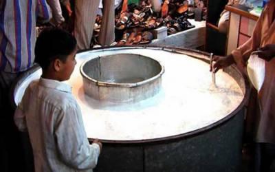 کراچی میں دودھ فروش شہریوں سے روزانہ 8 کروڑ روپےلوٹنےلگے۔