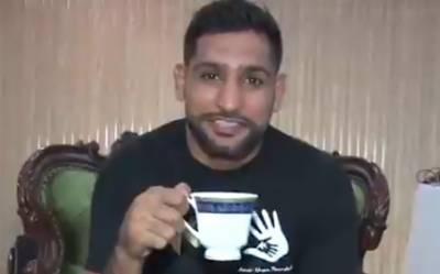 باکسر عامر خان کا چائے کی پیالی ہاتھ میں پکڑ کر بھارتی پائلٹ ابھینندن کا نام لئے بغیر طنز