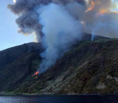 اٹلی:سیاحتی مقام پر آتش فشاں پہاڑ پھٹ پڑا