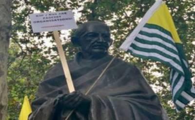 لندن میں کشمیر آزادی مارچ، گاندھی کے مجسمے کو کشمیر کا پرچم تھما دیا گیا