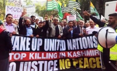لندن: کشمیریوں کے حق میں ہزاروں افراد کا بھارتی ہائی کمیشن کے باہر احتجاج ،بھارتی ہائی کمیشن کی عمارت پر احتجاجاً انڈوں اور ٹماٹروں کی بوچھاڑ