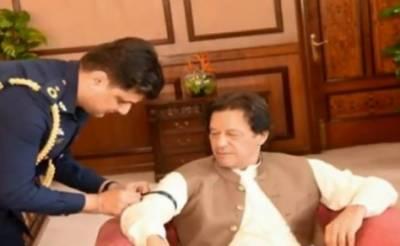 وزیر اعظم عمران خان کا بازو پر سیاہ پٹی باندھ کر مقبوضہ جموں و کشمیر کے عوام سے یک جہتی کااظہار