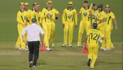 آسٹریلوی وزیراعظم کھلاڑیوں کو پانی پلانے میدان میں آگئے۔