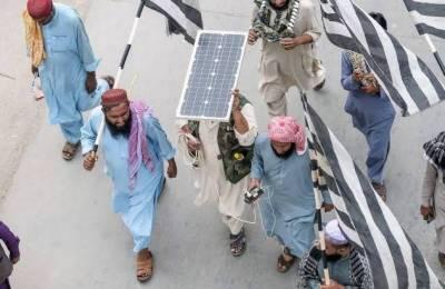 آزادی مارچ:شرکا موبائل فون چارج کرنے کیلئے سولر پینل اور بیٹری بھی لے آئے
