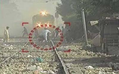 ٹرین نے موٹر سائیکل کچل دی ،2 افراد بال بال بچ گئے
