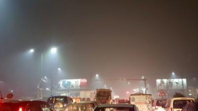 لاہور میں دھند کا راج : شہر کے تمام اسکول آج بند رہیں گے