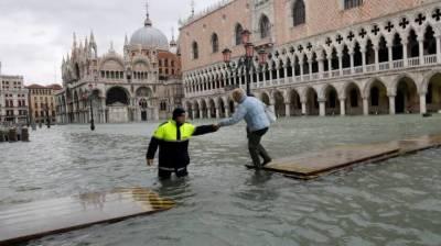 وینس میں سیلاب کی تباہ کاریاں ،2افراد ہلاک ، ایمرجنسی نافذ