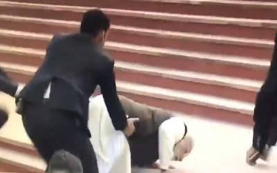 بھارتی وزیراعظم سیڑھیاں چڑھتے ہوئے منہ کے بل گر گئے۔