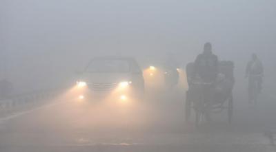 لاہور سمیت پنجاب کے بیشتر علاقوں میں دھند کا راج، ٹریفک کی روانی شدید متاثر