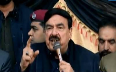 سترہ ماہ میں بہت سازشیں کی گئیں، وزیراعظم عمران خان کہیں نہیں جا رہا ہے۔ وفاقی وزیر ریلوے