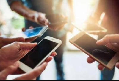حکومت نے موبائل فونز پر ٹیکس کم کر دیا