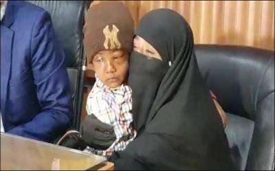 کراچی: 8 سالہ بچے کو اغوا کر کے آنکھوں میں ایلفی ڈال دی گئی۔