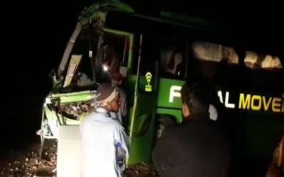 نواب شاہ: قومی شاہراہ پر مسافر کوچ اور ائل ٹینکر میں تصادم، 10 مسافر زخمی