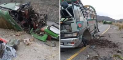 خضدار، مسافر کوچ اور مزدا ٹرک میں ٹکر، 3 افراد جاں بحق