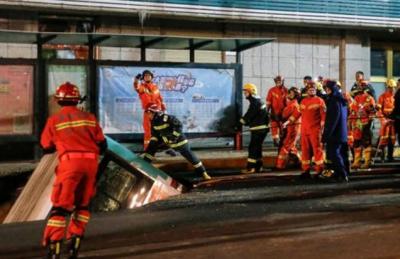 چین کے شمال مغربی صوبے چنگھائی میں زمین نے ایک مسافر بس کو نگل لیا