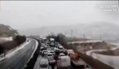چین:پھسلن کے باعث درجنوں گاڑیاں ٹکرا گئیں ،9افراد زخمی