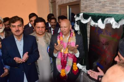 فیصل آباد: گورنر پنجاب چوہدری محمد سرور رجانہ -سمندری روڈ کھدروالامیں ون لائف فاؤنڈیشن ہسپتال کا افتتاح کر رہے ہیں۔