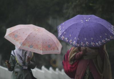 ملک کے بیشتر حصوں میں بارش اور پہاڑوں پر برفباری کا امکان