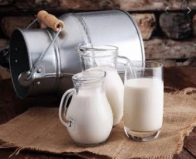 حیدرآباد: غریب عوام پر مہنگائی کا ایک اور بم گرگیا، دودھ کی فی کلو قیمت میں اضافہ ہوگیا۔