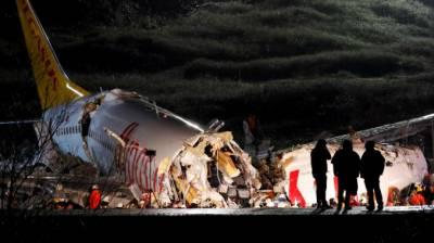 ترکی کے شہر استنبول میں مسافر طیارہ رن وے سے پھسل کر سڑک پر الٹ گیا۔