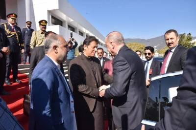 ترک صدر کا پارلیمنٹ پہنچنے پر وزیراعظم عمران خان نے ان کا ریڈ کارپٹ استقبال کیا