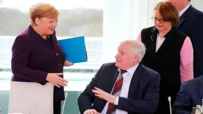 کورونا کا خوف: جرمنی کے وزیر داخلہ نے چانسلر سے ہاتھ ملانے سے انکار کردیا