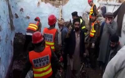 مالاکنڈ: بارش سے مکان کی چھت گر گئی، خاتون اور بچی جاں بحق